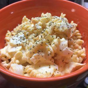 卵マカロニサラダのレシピ6.器によそって乾燥パセリを振りかけて完成!